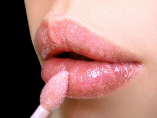 apply-lip-gloss