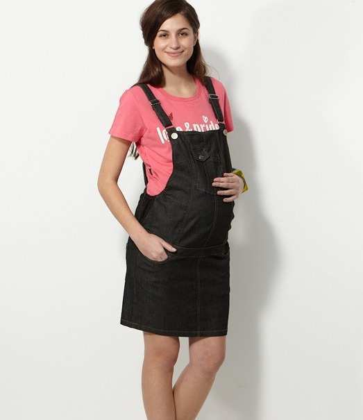 woman-in-maternity-dungaree-skirt