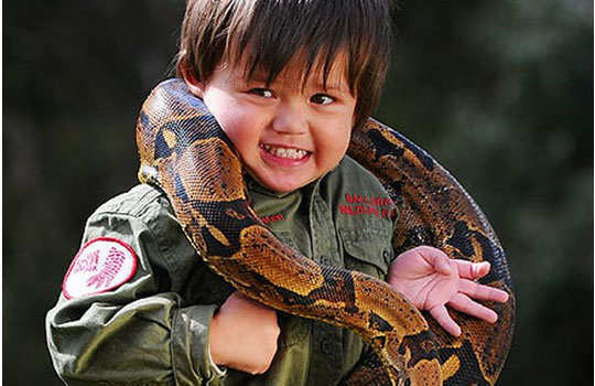 Charlie--parker-3-year-old-play-with-reptiles-3
