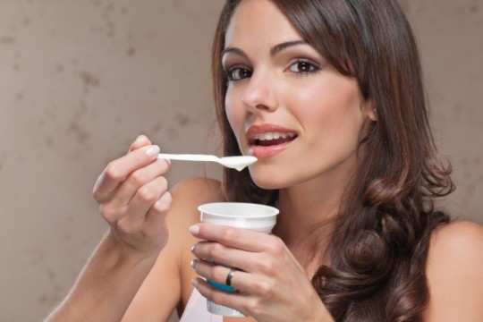 Pregnant-woman-eating-yogurt