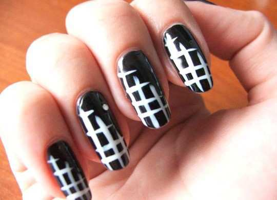 black-and-white-cris-cross-nail-art