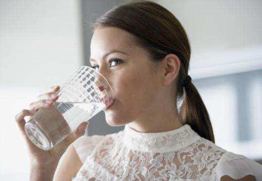 girl-drinkin-water