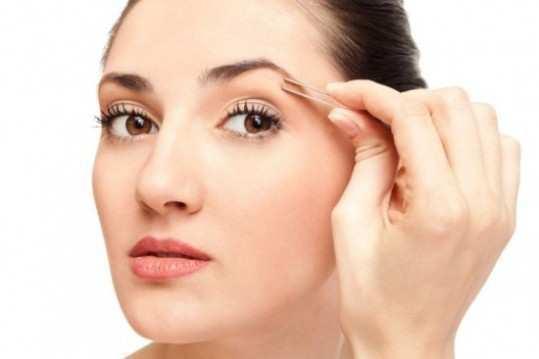 girl-plucking-eyebrows