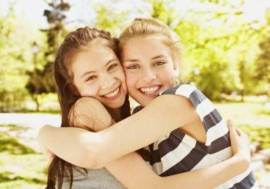 girls-hug-each-other