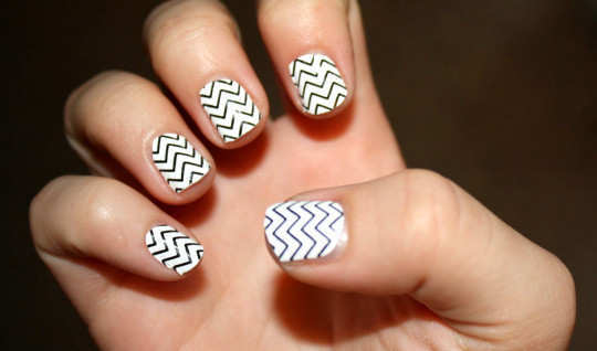 white-and-black-zigzag-lines-nail-art