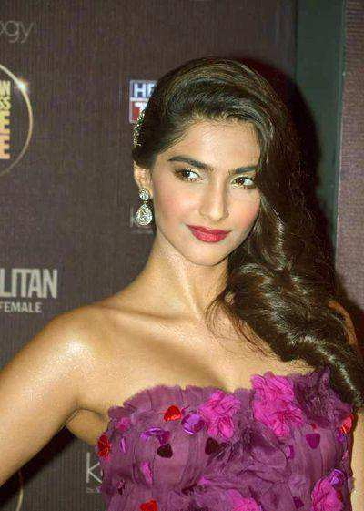 Sonam-kapoor-in-Dolce-and-Gabbana-purple-dress
