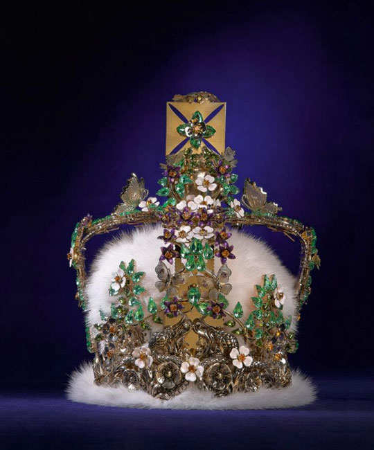 designers-reimagining-crown-of-elizabeth-4