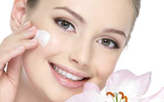 girl-applying-moisturizer