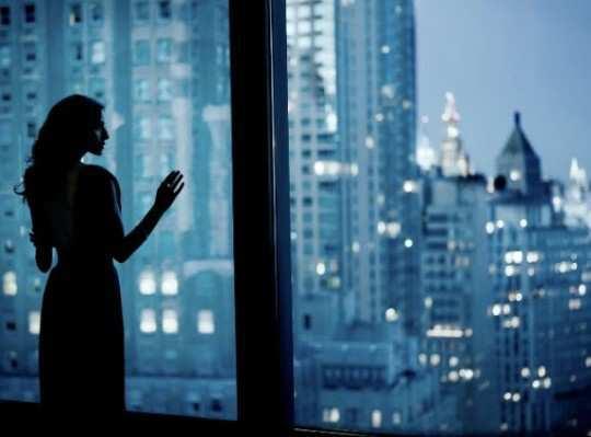 girl-lookin-in-window