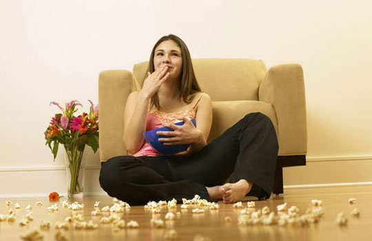 loose-weight-in-easy-ways-eating-watching-tv