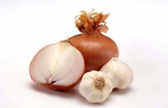 dark-elbows-knees-home-remedies-onion-garlic