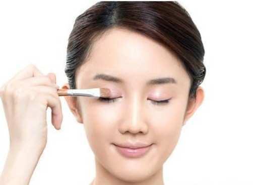 girl-applying-primer-for-eyes