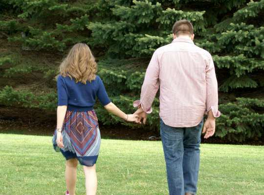 couple-holding-hand
