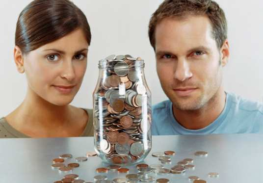 couple-with-money-jar