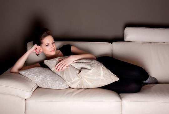 girl-waching-tv-in-night