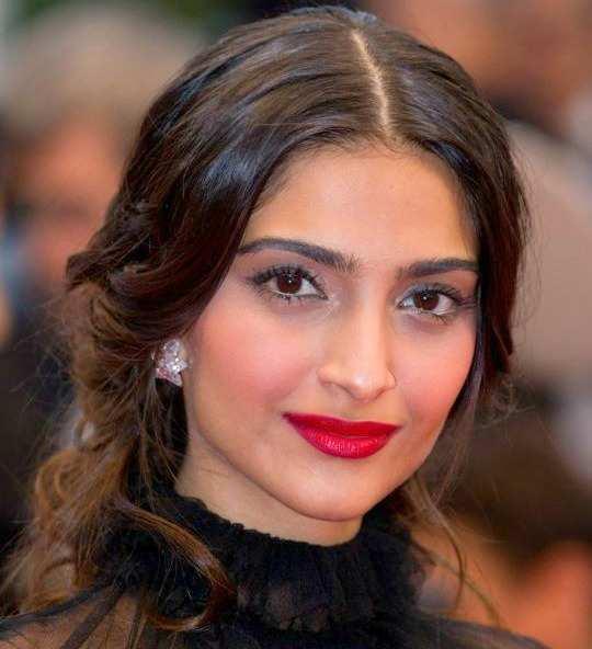 sonam-kapoor-red-lipstick