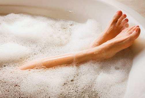 woman-relaxing-in-bath