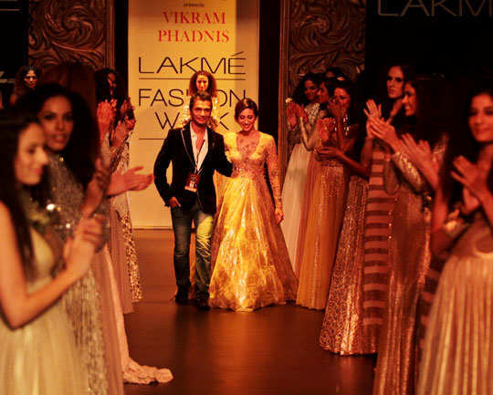 lakme-fashion-week-2013-karishma-kapoor-4