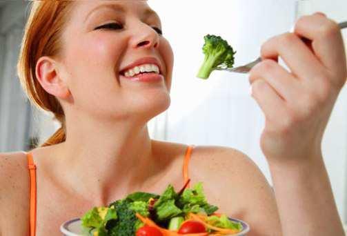 woman-eating-vegetables