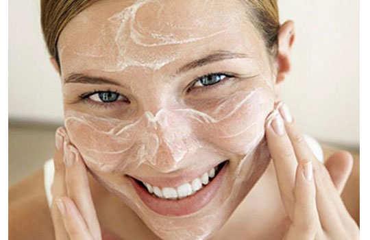chocolate-facial-diy-applying-scrub