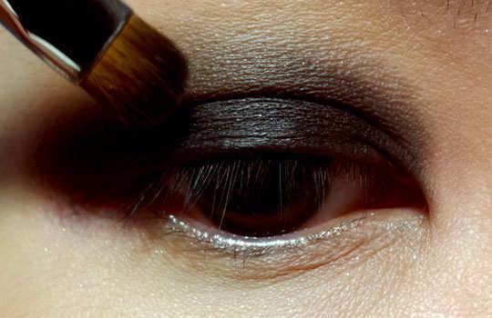 smoky-eye-make-up-tips-eye-shadow-dark-3